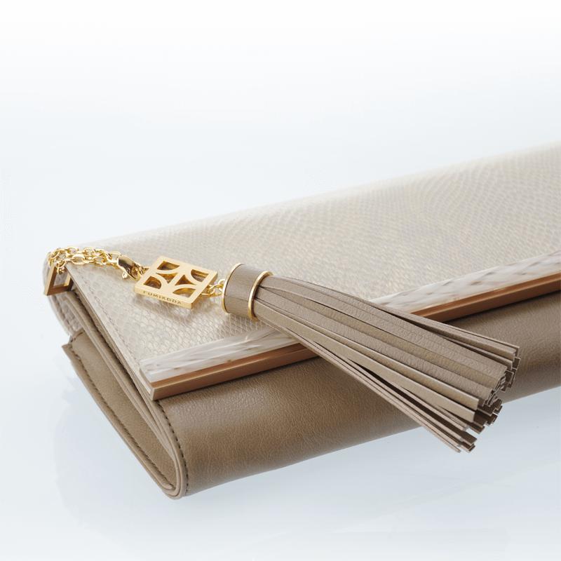 [TALA Sabae-Clear: クラッチバッグ(BE_IV)]お財布がそのまま入るクラッチバッグ「TALA」は着脱可能なチェーンストラップ付き。カバー部分は取り外して他のカラーに取り替えることもできる着せ替えバッグです。カバーのアクセントに使われているクリア素材はコットン(綿)を原料に製造され、ブランド眼鏡の製造で有名な鯖江の工房でひとつずつ丁寧に磨かれています。